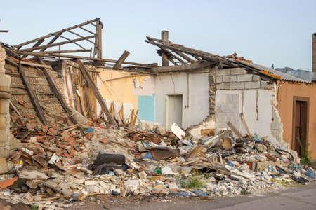 falta de respeto: Casa destruida despu�s de la demolici�n. EXTER paredes colapsadas.