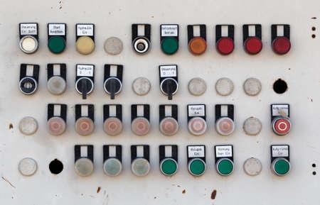 control panel: El panel viejo control de la m�quina de metal con botones e interruptores, panel de control r�stico. Foto de archivo
