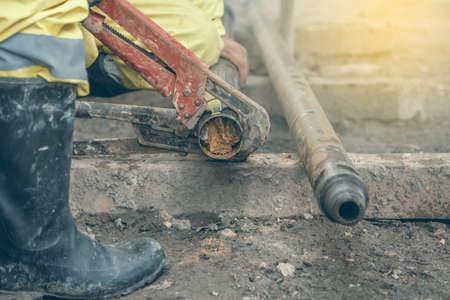 Rig Arbeiter vor Ort nehmen Bohrkernprobe für geologische Protokollierung, Analyse und Prüfung. Entnahme von Bodenkernprobe. Hergestellt mit flachem DOF, Vintage-Stil. Standard-Bild - 48200091