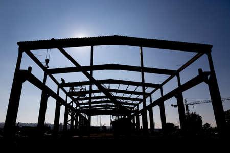 Silhouette der Arbeiter Industrielager dissembling. Dissembling Industriebauten. Standard-Bild - 48200542