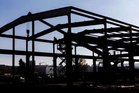 Schattenbild der Arbeitskräfte, die Industrielager verstellen. Industriebauten abbauen. Standard-Bild - 48200543