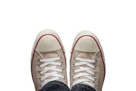 Füße in den Turnschuhen von oben. isoliert auf weißem Hintergrund. und mit selektiven Fokus gemacht. Standard-Bild - 51011915