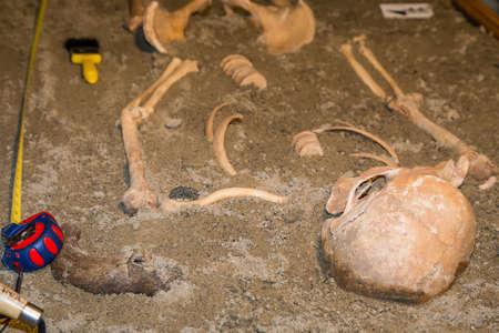 Menschliche Überreste in Sand. Archäologische Ausgrabung und Forensik. Hergestellt mit selektiven Fokus. Standard-Bild - 51011992