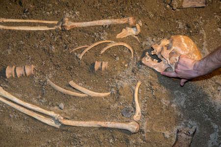 Menschliche Überreste in Sand. Archäologische Ausgrabung und Forensik. Hergestellt mit selektiven Fokus. Standard-Bild - 51011993