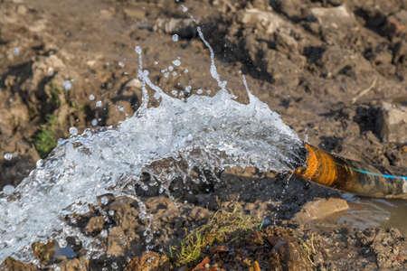 Wasserfluss vom Rohr nach Entwässerungsbaustelle. Gemacht mit selektivem Fokus. Standard-Bild - 51012001