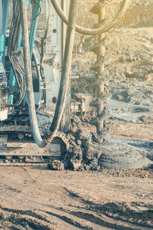 Rig Ramm installiert Betonpfähle, Maschinen Beton in ausgegraben tiefe Fundamentpfahl zu gießen. Ramm an der Baustelle Bohranlage. Selektiver Fokus und Vintage-Stil. Standard-Bild - 51012044
