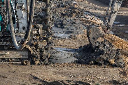 Rig Ramm installiert Betonpfähle, Maschinen Beton in ausgegraben tiefe Fundamentpfahl zu gießen. Ramm an der Baustelle Bohranlage. Selektiver Fokus. Standard-Bild - 51012051