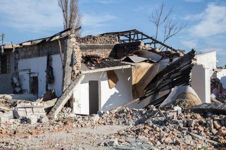 Haus Abriss. Ruine eines alten abgerissenen Hauses. Standard-Bild - 51012109