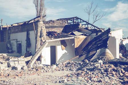 Haus Abriss. Ruine eines alten abgerissenen Hauses. Hergestellt mit Vintage-Stil. Standard-Bild - 51012111