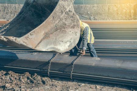 Bauarbeiter Befestigung Hebeketten auf Stahlprofil für Baggerschaufel Hebe. Hergestellt mit selektiven Fokus und Vintage-Stil. Standard-Bild - 51012372