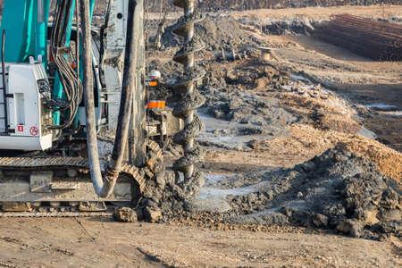 Bohren Traktor installiert Betonpfähle in den Boden auf der Baustelle. Selektiver Fokus. Standard-Bild - 51012384