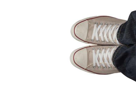Füße in den Turnschuhen von oben. isoliert auf weißem Hintergrund. und mit selektiven Fokus gemacht. Standard-Bild - 51012386