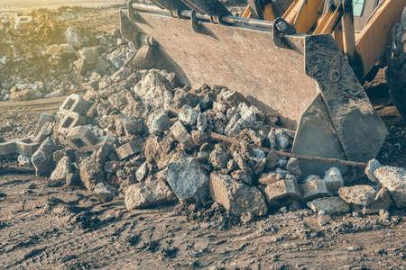 Frontlader mit montiertem breite Eimer Beton Abfälle zur Wiederverwertung an der Baustelle zu laden. Selektiver Fokus und Vintage-Stil. Standard-Bild - 51012406