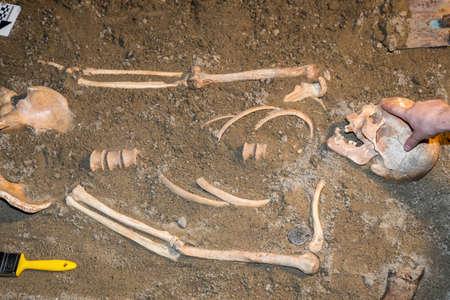 Menschliche Überreste in Sand. Archäologische Ausgrabung und Forensik. Hergestellt mit selektiven Fokus. Standard-Bild - 51012421
