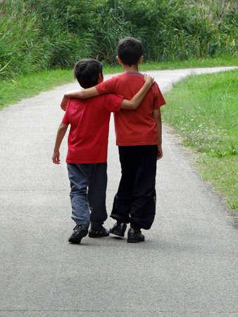 twee kinderen lopen langs een pad