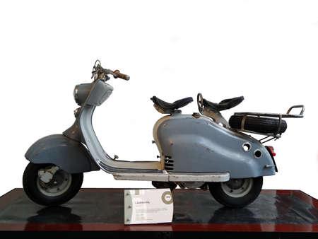 vespa piaggio: Lambretta scooter, isolato su sfondo bianco