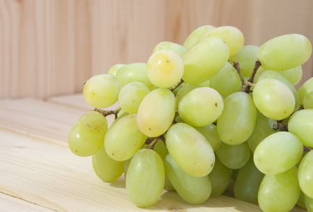 bunch of grapes on the woode background close up Zdjęcie Seryjne