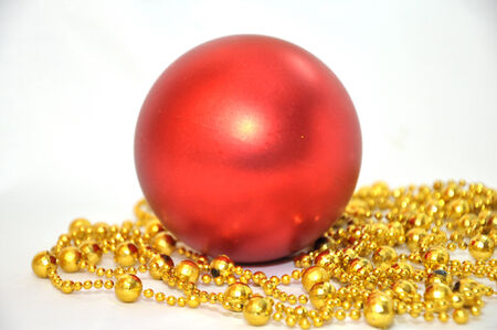 red christmas ball with gold garland on the white background Zdjęcie Seryjne