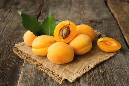 Fresh seasonal apricots on a rustic wooden background Imagens