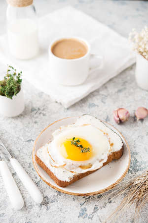 Breakfast of toast with fried egg on a plate, selective focus 版權商用圖片