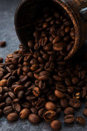 Roasted coffee beans on a dark background, close-up 版權商用圖片