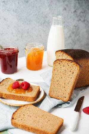 Fresh homemade bread with jam and milk, homemade simple food, selectiv focus 版權商用圖片