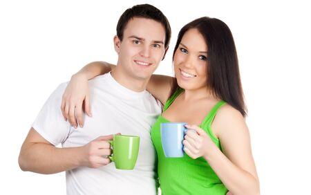 hombre tomando cafe: Sonriente pareja de estudiantes con coloridas tazas