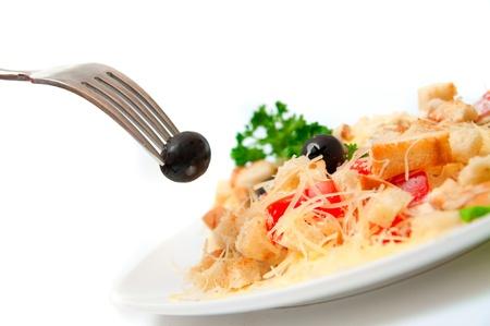 Ein Salat in einer eleganten weißen Schüssel. Standard-Bild