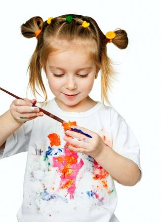 niños dibujando: hermosa niña con una camiseta en la pintura