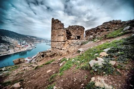 castillo medieval: Castillo en ruinas en el fondo de hermosos paisajes