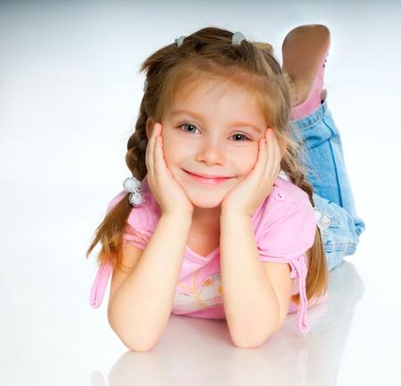 cute little girls: hermosa ni�a aislada en un fondo blanco Foto de archivo