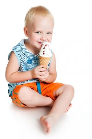 comiendo helado: chico comiendo helado sobre un fondo blanco