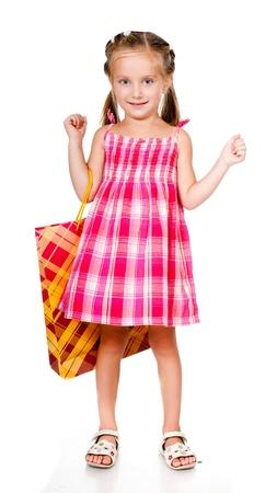 jolie petite fille: petite fille avec le paquet isolé sur un fond blanc