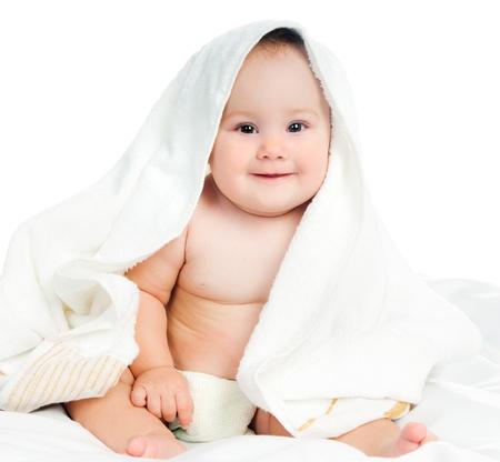 beyaz zemin üzerine bir havlu küçük çocuk