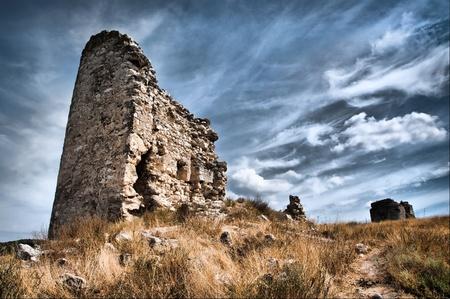 ch�teau m�di�val: ch�teau en ruine se trouve dans un champ sur fond de ciel Banque d'images