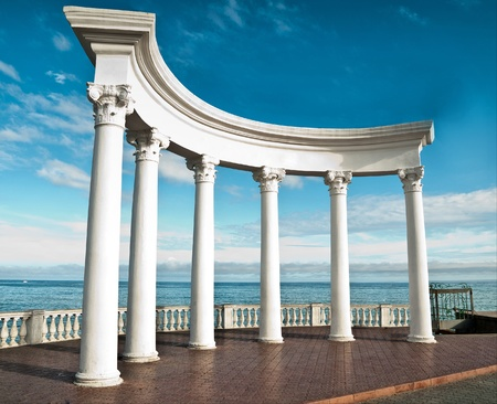 Starożytne greckie kolumny na tle bÅ'Ä™kitnego nieba i morza Zdjęcie Seryjne