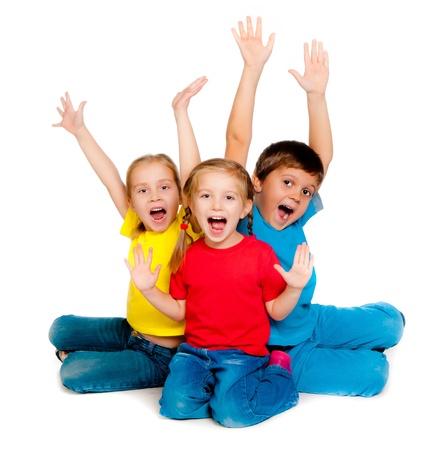 riendo niños pequeños sobre un fondo blanco Foto de archivo