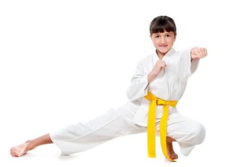 kimono: ni�a en un kimono con una banda amarilla sobre un fondo blanco