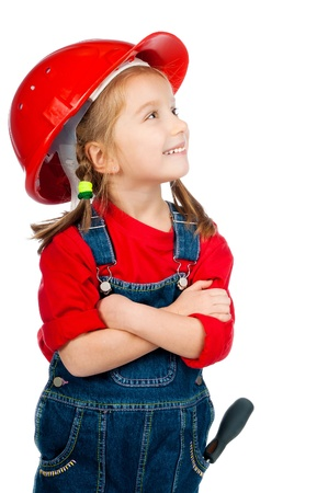 casco rojo: hermosa niña en el casco de la construcción en el fondo blanco