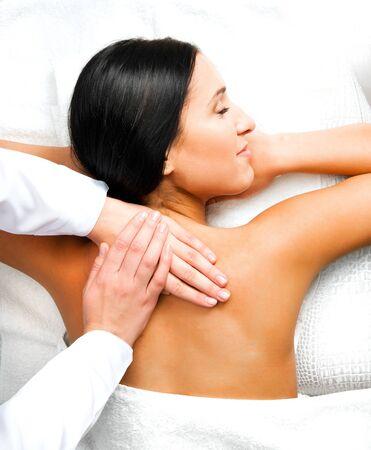 masajes relajacion: Pretty woman relajarse mientras recibe un masaje de espalda en el spa Foto de archivo