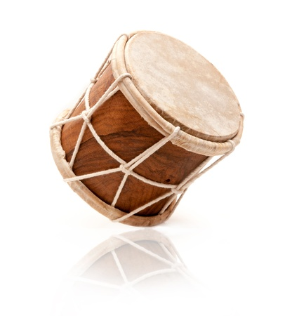 tambor: Tambor africano aislado en un fondo blanco Foto de archivo