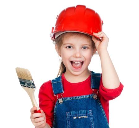 casco rojo: Ni�a bonita con un cepillo en un casco rojo