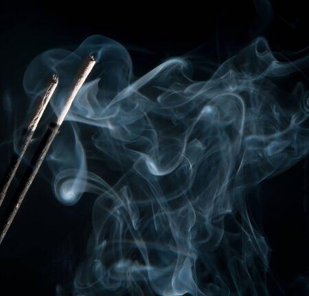 incienso: incienso, el humo sobre fondo negro