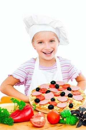 Genç kız beyaz bir arka plan üzerinde bir pizza gösterir