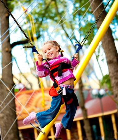 bungee jumping: Niña saltando en la cama elástica con bandas de goma