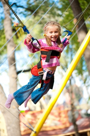 jumping fence: Niña saltando en la cama elástica con bandas de goma
