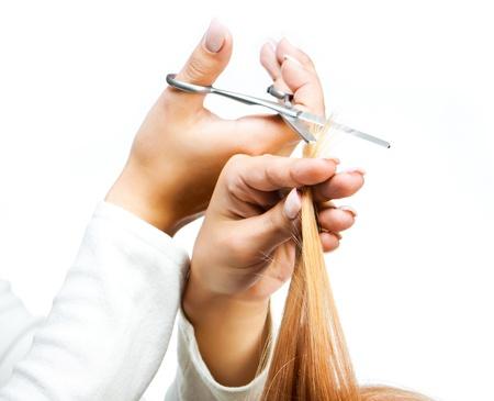 peluquerias: peluquero cortando el pelo mojado close-up, salón de belleza