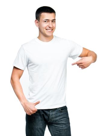 T-shirt blanc sur un jeune homme isolé Prêt pour votre design Banque d'images