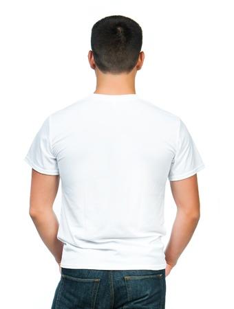 espalda: Volver camiseta blanca a un hombre joven aislado