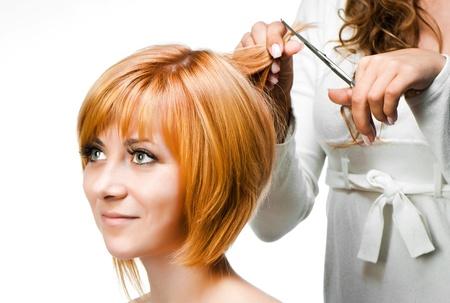 Bir kız kapatmak için genç kadın berber saç modeli yapar Stock Photo